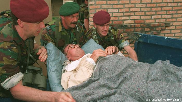 Evakuierung eines Belgiers durch belgische Fallschirmjäger aus einem Krankenhaus in Kigali