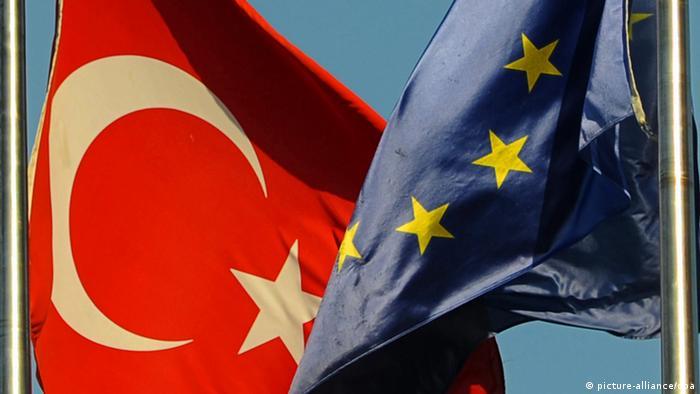 Fahnen der Türkei und der EU