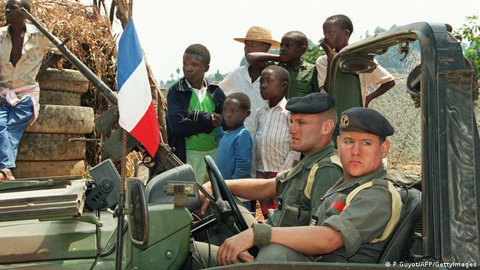 Französische Soldaten patrouillieren 1994 mit einem Militärfahrzeug in Ruanda