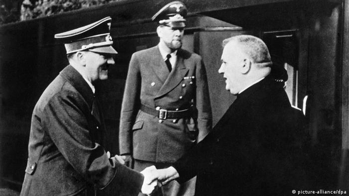 Hitler cumprimenta Joseph Tiso (dir.) na Alemanha, em 26/10/1941