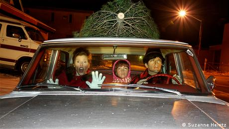 Suzanne Heintz with the mannequins in a car with a Christmas tree (Copyright: Suzanne Heintz)