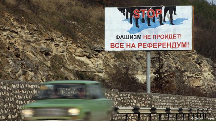 Die Wahlplakate für Sonntag auf einer Straße zwischen Simferopol und Sevastopol . (Foto: Getty Images)