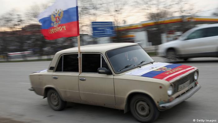 Auto mit russischer Flagge am Fenster. (Foto: Getty Images)