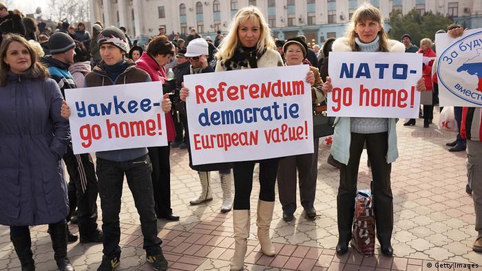 Auch auf der pro-russischen Seite haben sich Demonstranten in Simerfopol mit Plakaten ausgestattet. (Foto: Getty Images)