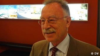 Franz-Lothar Altmann je profesor na Katedri za međunarodne i interkulturalne odnose Univerziteta u Bukureštu. Član je prezidijuma minhenskog Društva za jugoistočnu Evropu.