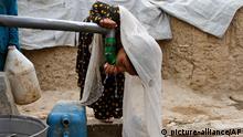 Trinkwasserversorgung in Afghanistan Afghanistan; Armut; Flüchtlinge; Kinder; Wasser; Straßenszene; Wasserversorgung; Flüchtlingscamp; Wasserstelle; Trinkwasserversorgung; Kanister; Brunennbau; Flüchtlingslager; Mädchen; Brunnen; Flüchtling; Asien; Kind; Kinderarmut; trinken; Flüchtlingskinder; Trinkwasser; Durst; Flüchtlingskind; poverty; refugee; children; water; street_scenery, street_life