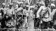 Deutsch-Ost-Afrika, Askaris und Träger auf dem Marsch (Foto: Commons/Wikimedia)
