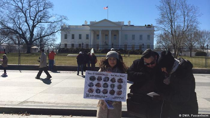 A few demonstrantors in front of the White House Copyright: DW/A. Passenheim