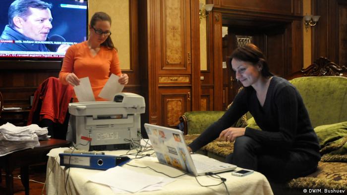 Ukrainische Journalisten scannen Dokumente ein (Foto: Mikhail Bushuev /DW)