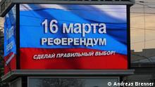 Stichworte: Krim, Simferopol, Ukraine, Russland, Agitation, Beitritt zu Russland Bildbeschreibung: LED-Schirm im Stadtzenturm von Simferopol ruft zur Teilnahme am Referendum auf Treffe eine richtige Wahl beim Referendum am 16.März, steht darauf. Als Hintergrund dient russische Fahne