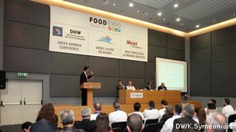 Tryfon Kolitsopoulos, Vorstandsmitglied Deutsch-Hellenische Wirtschaftsvereinigung, am Rednerpult (Foto: Symeonidis/DW)