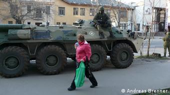 На вулицях Сімферополя можна зустріти і озброєних людей, і військову техніку