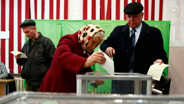 Einwohner der Krim bei der Stimmabgabe am 16. März 2014.