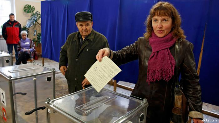 Eine Frau wirft ihren Stimmzettel iin eine Wahlurne eines Lokals in Sevastopol.(Foto: Reuters)