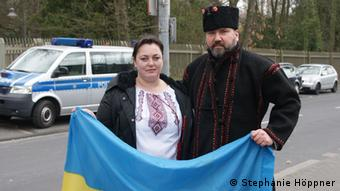 Protesters of Tatar heritage in front of the Russian Consulate in Bonn (Photo: Stephanie Höppner / DW)