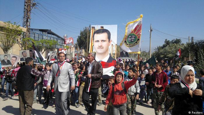 Syrien Kinder Banner Flaggen Demonstration Plakate