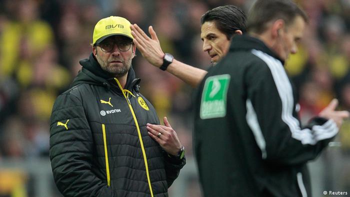 Referee Deniz Aytekin (C) sends Borussia Dortmund's coach Juergen Klopp to the tribune during the German first division Bundesliga soccer match against Borussia Moenchengladbach in Dortmund March 15, 2014. Moenchengladbach won the match 2-1. REUTERS/Ina Fassbender