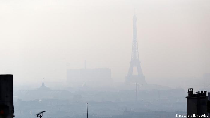Париж попада на едно от предните места в една друга класация, която отправя поглед към далечната 2030 година. Причината: и във френската столица рискът от смог е голям. В такива моменти Айфеловата кула е трудно откриваема - като на тази снимка от 2013 година.