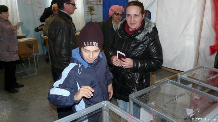 Участники референдума в Крыму во время голосования
