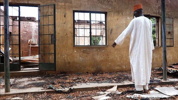 Nigerijac ispred opustošene seoske kuće