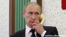 Russland Präsident Wladimir Putin mit Telefon CLOSE
