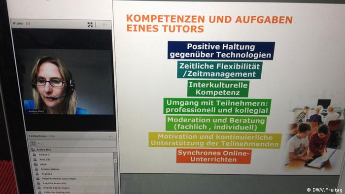 Bildschirm mit Frau und Info-Blatt
