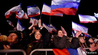 Crowds wave Russian flags as they wait for the announcement of the result of the referendum over Crimea's annexation (Photo: REUTERS/David Mdzinarishvili)