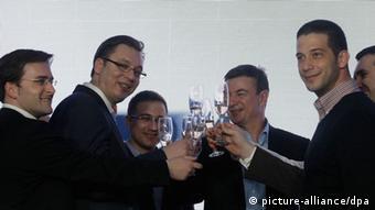 Александар Вучич с соратниками празднует победу на выборах в 2014 году