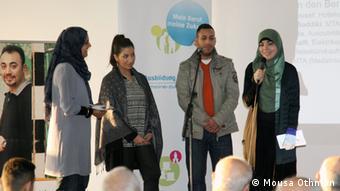 شباب من أصول عربية يقدمون خبرتهم العملية