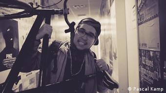 Das S/W-Bild zeigt den dunkelhaarigen Rapper Buddi von Die Stiefbrüder (Foto: Pascal Kamp)