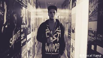 Das Schwarz-weiß-Foto zeigt Rapper Dobbo von Die Stiefbrüder vor einer Graffiti-Kulisse. (Foto: Fotolia)