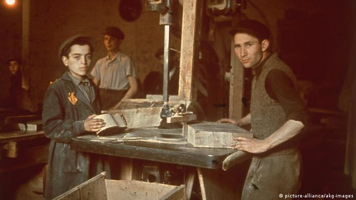 Lodz Ghetto residents working in a workshop around 1942. (Photo: picture-alliance/akg-images)