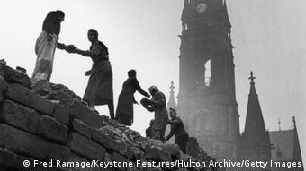 Symbolbild Deutschland Wiederaufbau Nachkriegszeit Trümmerfrauen (Fred Ramage/Keystone Features/Hulton Archive/Getty Images)