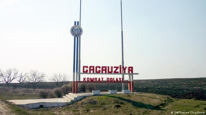 Стелла и указатель на въезде в Гагаузскую автономию