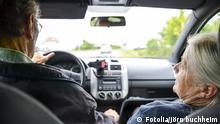 Rentner im Auto