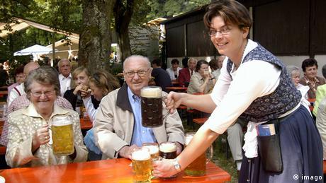 Kellnerin serviert mehrere Maß Bier