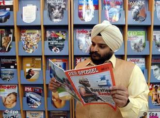 Germanistikstudent Indermohan Bedi (32) liest am 5.3.2003 im Goethe-Institut in der indischen Hauptstadt Neu Delhi das deutsche Nachrichtenmagazin Der Spiegel.