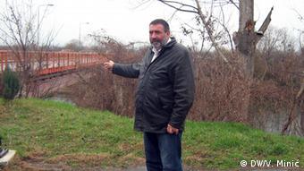 Zoran Milenkovic next to the new bridge of Varvarin. (Photo: Vladimir Minić/ dw)