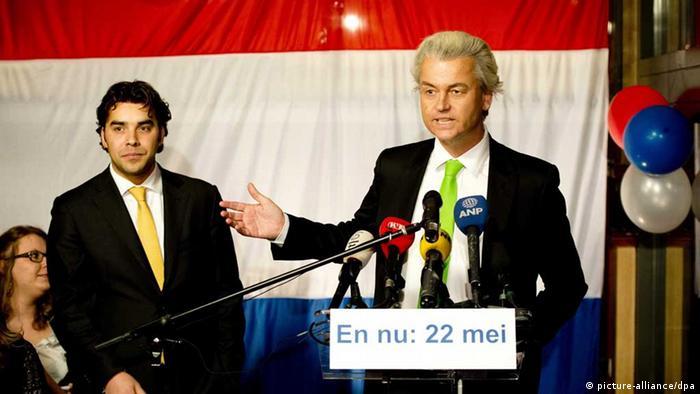 Der Chef der rechtspopulistischen Partei für die Freiheit Geert Wilders (r.) mit den Kandidaten für die Stadt Den Haag, Leon de Jong (Foto: picture-alliance/dpa)