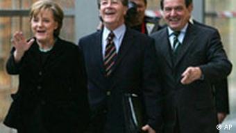 Merkel, Schröder und Müntefering lachend vor Koalitionsgesprächen (AP)