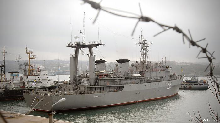 Український військовий корабель Славутич у порту Севастополя