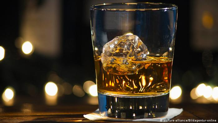 Whiskey mit Eis (picture-alliance/Bildagentur-online)