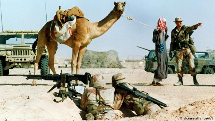 Golfkrise - USA-Soldat spricht mit Beduinen (picture-alliance/dpa)