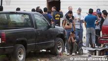 Die Polizei hat bei einer Großrazzia im US-Staat Texas 115 Opfer aus der Hand von Menschenhändlern befreit. Die Opfer stammten aus mehreren Ländern Lateinamerikas und waren unter menschenunwürdigen Umständen eingesperrt. Nach Polizeiangaben waren sie teils mehrere Wochen festgehalten worden. Die Menschenhändler wollten damit demnach erzwingen, dass sie den gesamten Preis für ihre Schlepperdienste erhalten. Unter den 99 Männern und 16 Frauen befanden sich mehr als ein Dutzend Minderjährige, wie es hieß. (Foto: dpa)
