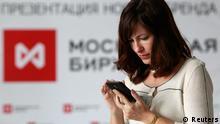 Russland Wirtschaft Börse in Moskau Logo Frau mit Smartphone