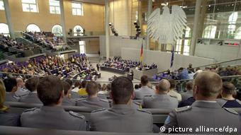Soldaten verfolgen im Plenums des Bundestag eine Debatte über einen Auslandseinsatz, Foto: dpa