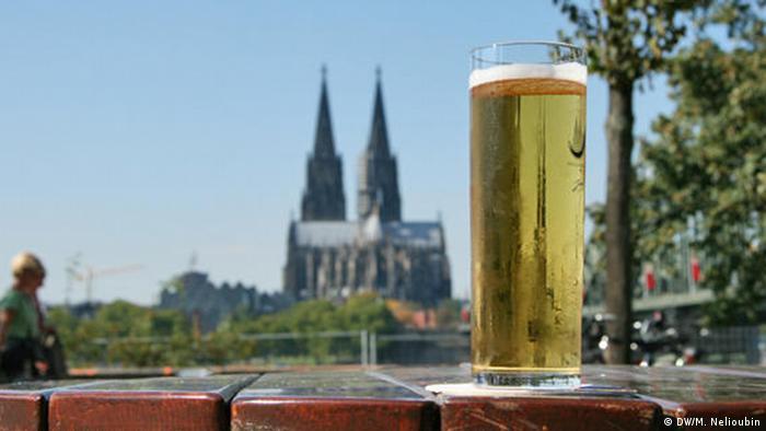 Бокал пива на набережной Рейна в Кельне