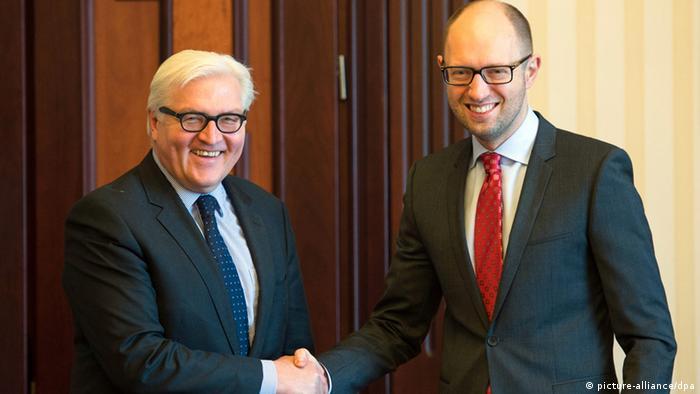 Глава МИД Германии Франк-Вальтер Штайнмайер (слева) на встрече с премьер-министром Украины Арсением Яценюком