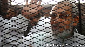 Mohammed Badie hinter Gittern (Foto: AFP PHOTO / AHMED GAMIL//Getty Images)