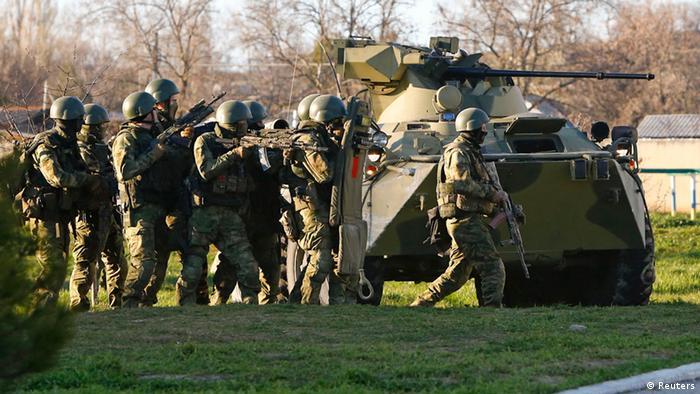 Российские солдаты в ходе захвата одной из украинских военных баз в Крыму